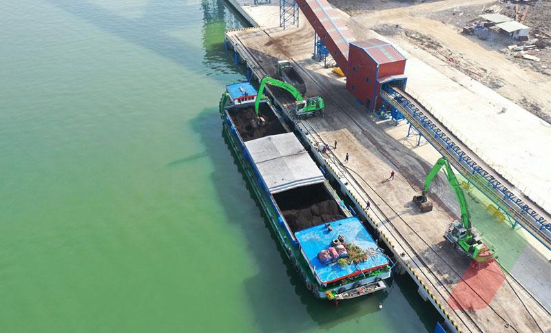 Bốc dỡ than đá đưa lên băng tải chuyển vào kho Cái Mép sức chứa 500.000 tấn